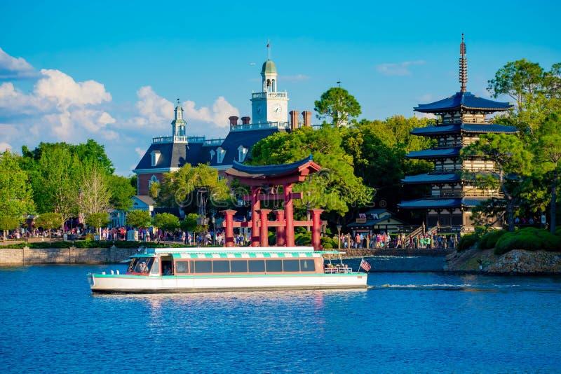 Панорамный вид павильона Японии, американского павильона приключения и шлюпки такси на голубом озере на Epcot в мире Уолт Дисней стоковые изображения rf
