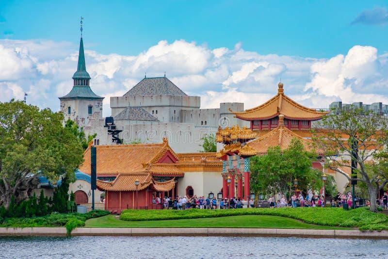 Панорамный вид павильонов Китая и Норвегии на Epcot в мире Уолт Дисней стоковое фото