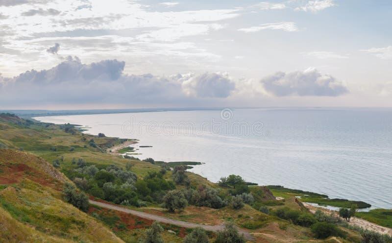 Панорамный вид побережья моря Азова около деревни Merzhanovo, утра России весной стоковая фотография