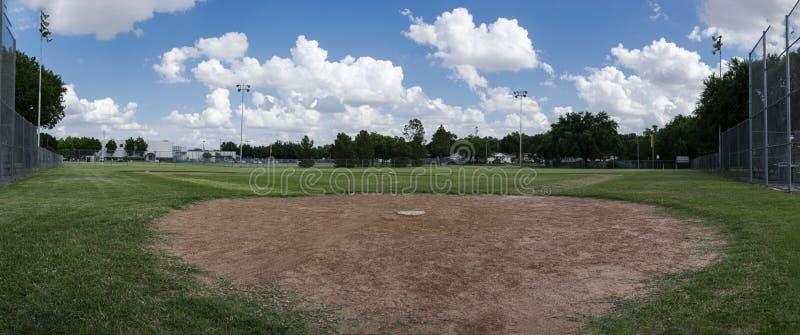 Панорамный вид поля бейсбола от задней домашней плиты стоковые изображения