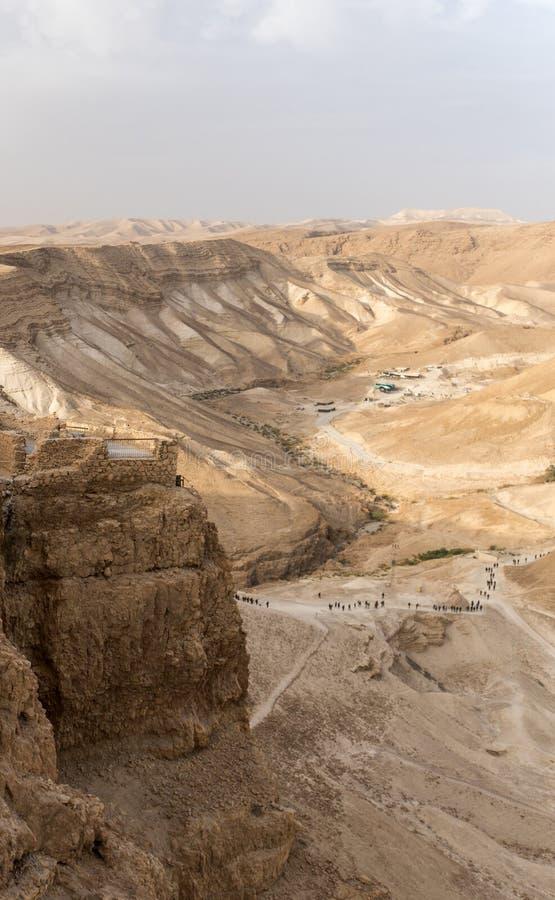 Панорамный вид саммита и предгориь Masada с много людей, Израилем Путешествовать и туризм в Израиле Крепость Masada построенная в стоковое изображение