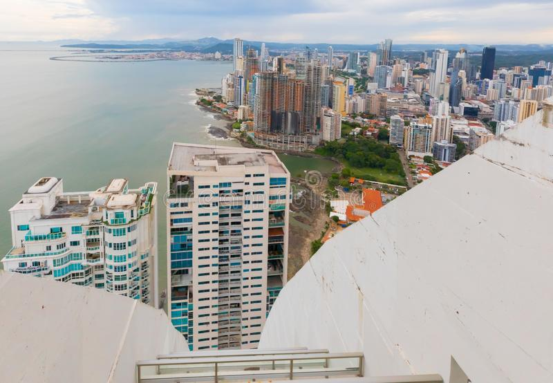 Панорамный вид сверху горизонта и моря Панама (город) стоковые изображения