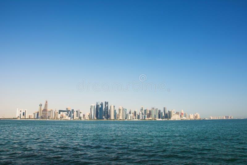 Панорамный вид современного горизонта Дохи стоковые фотографии rf
