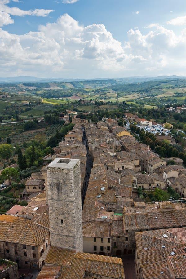 Панорамный вид с воздуха города и окрестностей от башен San Gimignano в Тоскане стоковые изображения