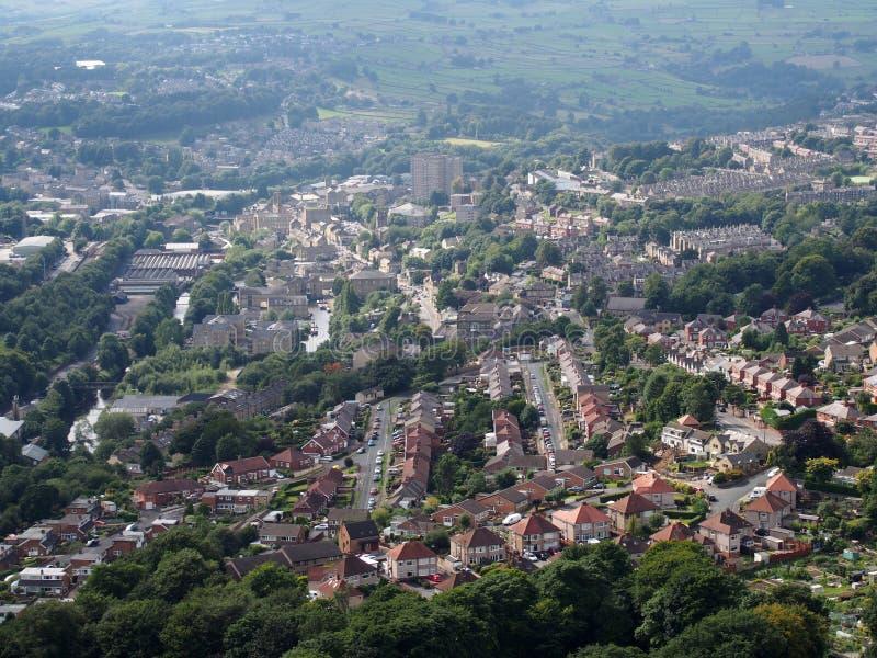 Панорамный вид с воздуха городка halifax в Западном Йоркшире с домами улиц дорог и окружающим ландшафтом пеннина стоковые изображения rf