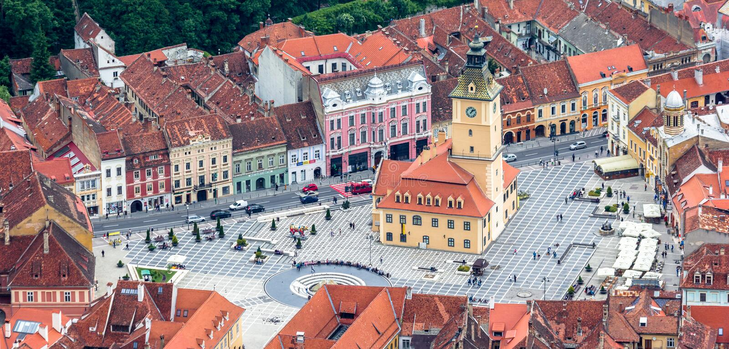 Панорамный вид с воздуха залы исторического города в Brasov стоковые изображения rf