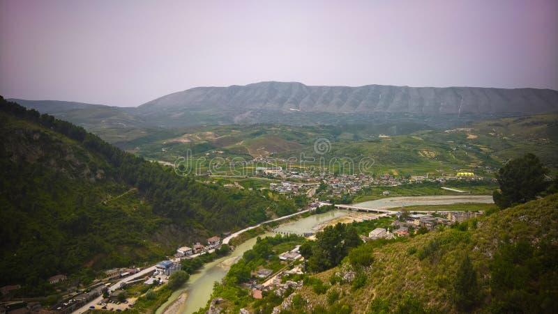 Панорамный вид с воздуха к городку Berat старому и река Osum от Berat рокируют, Албания стоковая фотография