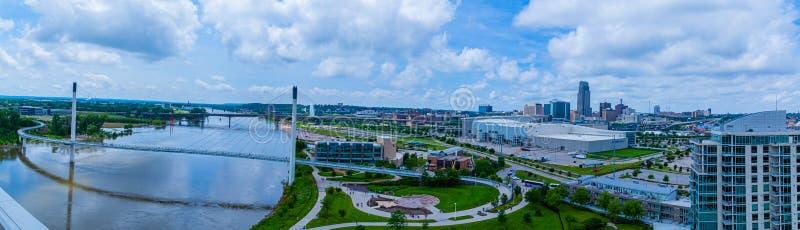Панорамный вид с воздуха Миссури и моста Омаха Небраски Bob Kerrey пешеходного и гранича центра города Омаха стоковое фото