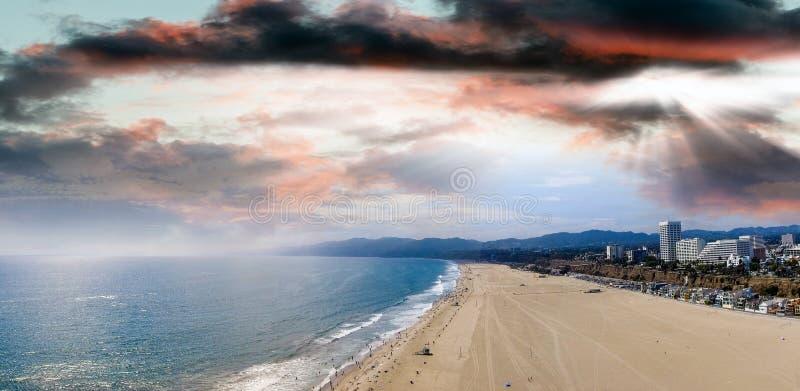 Панорамный вид с воздуха пляжа Санта-Моника на заходе солнца, CA стоковые изображения rf