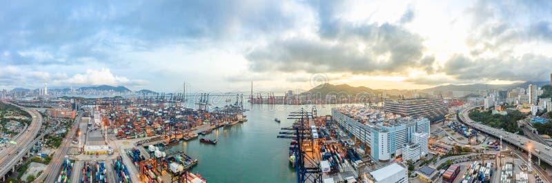 Панорамный вид с воздуха района порта Гонконга промышленного, моста Stonecutters, и города на предпосылке горизонта захода солнца стоковые фотографии rf