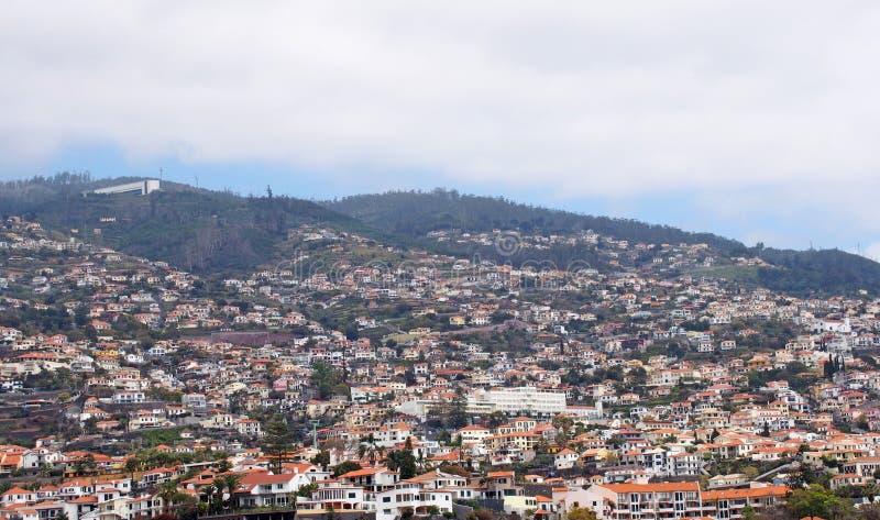 Панорамный вид с воздуха Фуншала в Мадейре со зданиями бежать вверх хо стоковое изображение rf