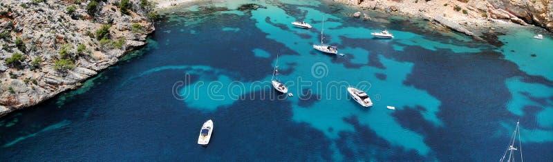 Панорамный вид трутня сразу сверху причалил яхты в Blanca Andratx Cala стоковые фотографии rf