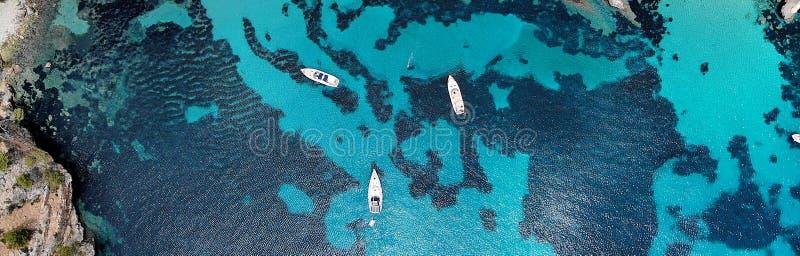 Панорамный вид трутня сразу сверху причалил яхты в Blanca Andratx Cala стоковое фото rf