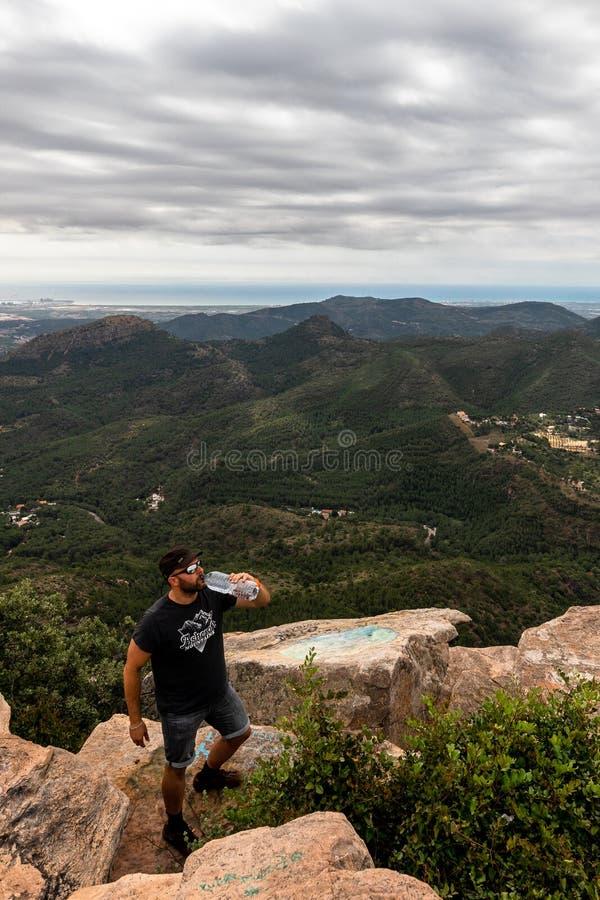 Панорамный вид туриста на горном пике стоковые фотографии rf
