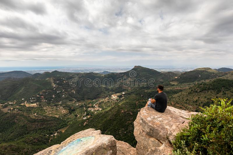 Панорамный вид туриста на горном пике стоковое изображение rf