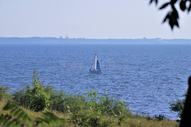 Панорамный вид Чёрного моря Солитарный парусник в этом красивом мимолетном взгляде стоковые фото