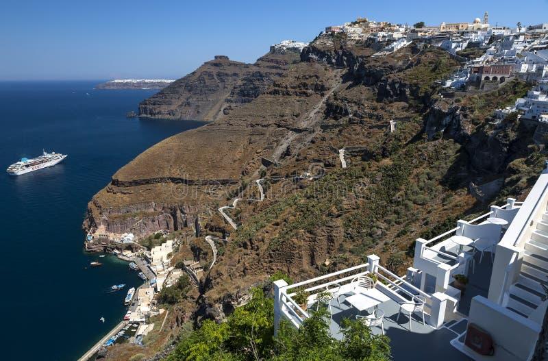 Панорамный вид Fira, остров Santorini с путем осла и фуникулер от старого порта, высоких вулканических пород в Греции стоковое изображение