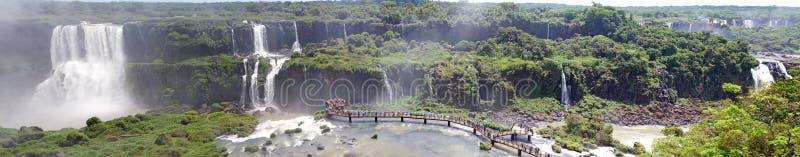 Панорамный вид footbridge и туристов на Игуазу Фаллс, от стороны Бразилии стоковые фото