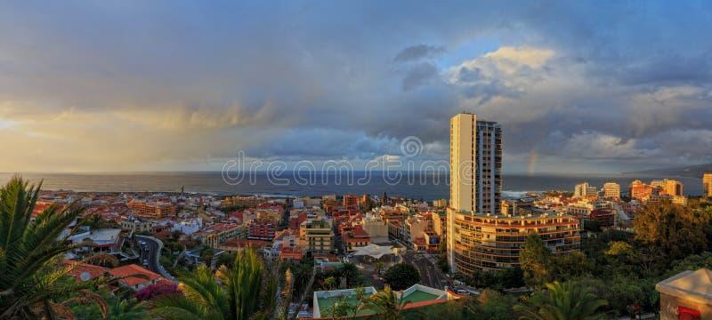 Панорамный вид Puerto de Ла Cruz, Канарских островов, Тенерифе, от парка Taoro на заходе солнца стоковое изображение