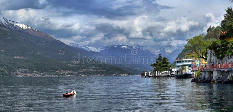 Панорамный вид Varenna, романтичного маленького города на озере Como стоковое изображение