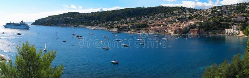 Панорамный вид Villefranche-sur-Mer во французской ривьере, Франции, и Средиземном море стоковые изображения