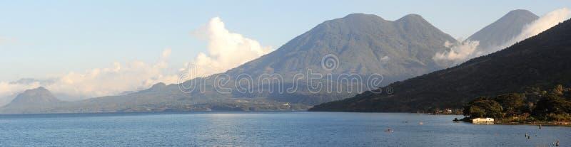 Панорамный вид на озеро Atitlan стоковая фотография