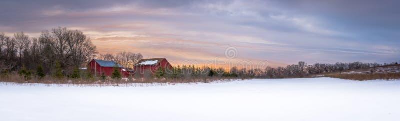 Панорамный восход солнца на ферме Висконсина стоковые фотографии rf