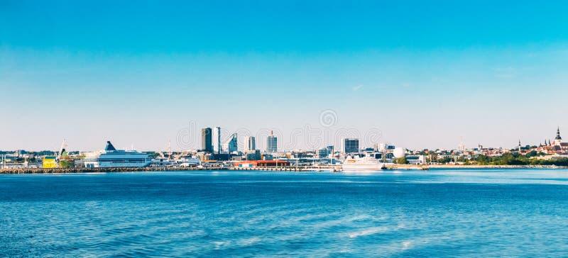 Панорамный горизонт Таллина и гавани, побережья, порта стоковые изображения