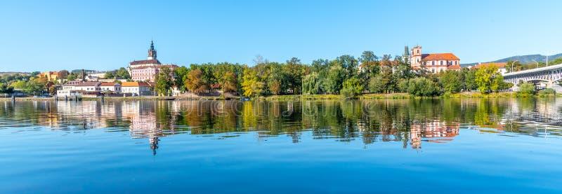 Панорамный городской пейзаж Litomerice отразил в реке Labe, чехии стоковые фото