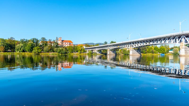 Панорамный городской пейзаж Litomerice отразил в реке Labe, чехии стоковое изображение rf
