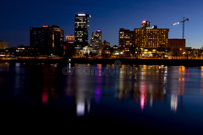 Панорамный городской пейзаж меньшего утеса, Арканзас вечера, с другой стороны Рекы Арканзас стоковое изображение