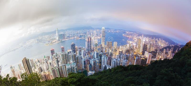 Панорамный день к переходу ночи Гонконга стоковые изображения rf