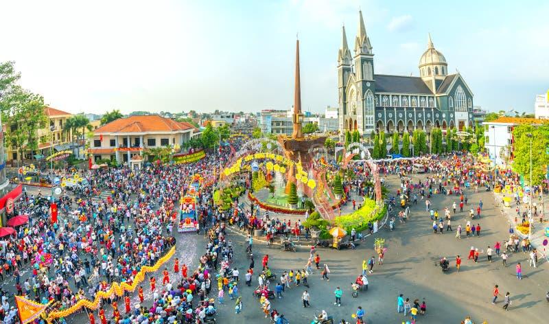 Панорамный китайский фестиваль фонарика с людьми тысяч маршировал в улицы стоковые фотографии rf