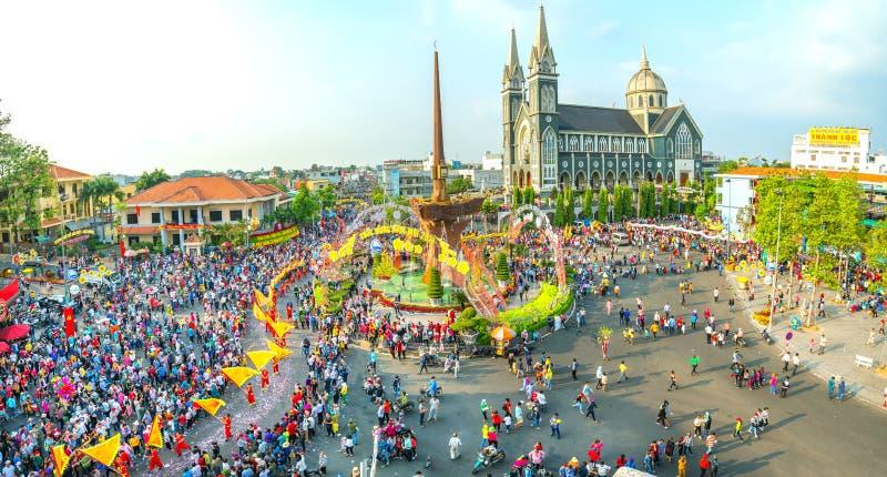 Панорамный китайский фестиваль фонарика с людьми тысяч маршировал в улицы стоковые изображения rf