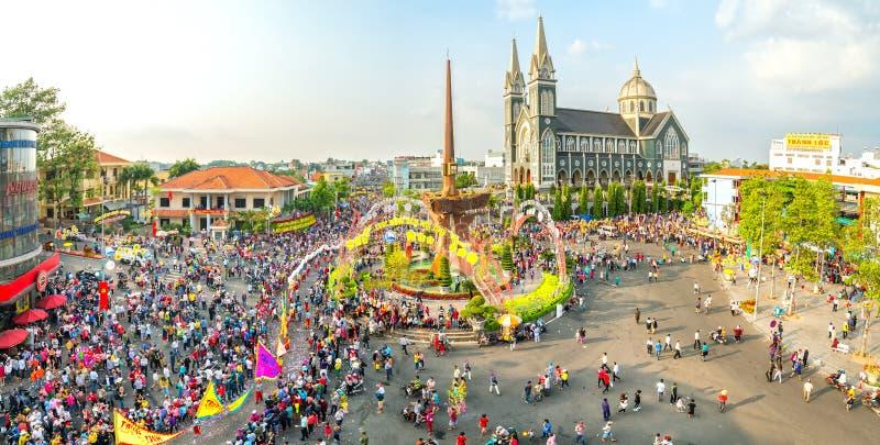 Панорамный китайский фестиваль фонарика с людьми тысяч маршировал в улицы стоковое изображение rf