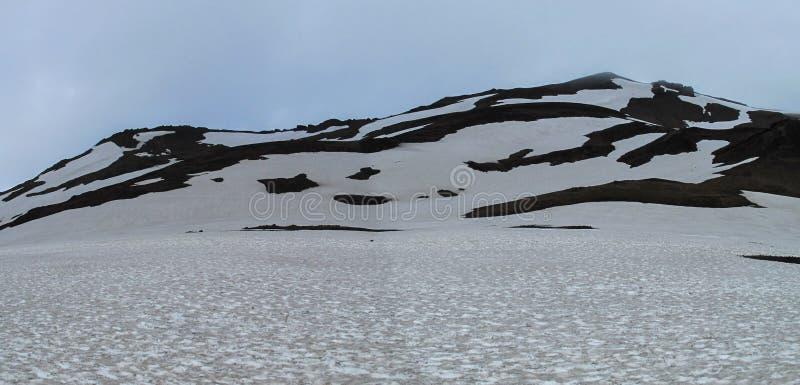 Панорамный ландшафт гор Dyngjujokull на северной стороне национального парка Vatnajökull, Исландия стоковые изображения rf