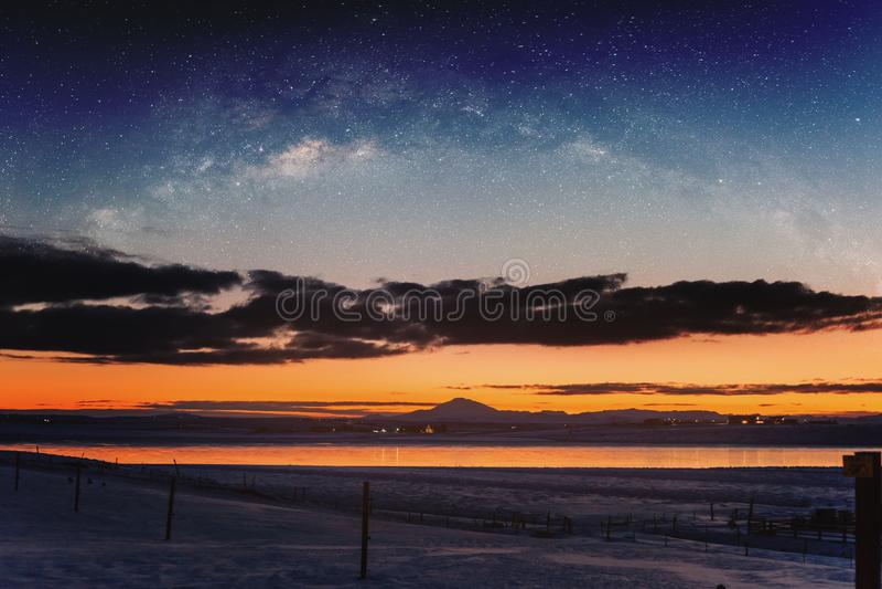 Панорамный ландшафт зимы в восходе солнца с ландшафтом ночного неба двойной экспозиции стоковое фото