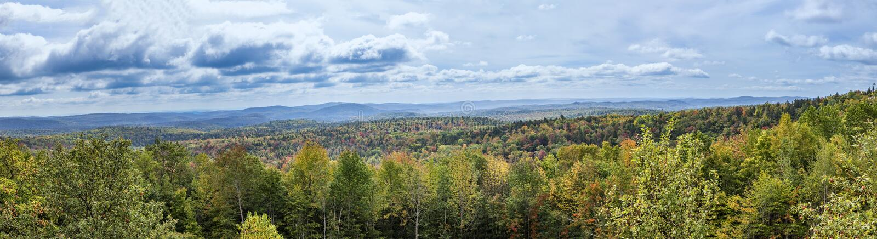 Панорамный ландшафт от трассы отсутствие 9 в Вермонте к зеленому moun стоковые изображения