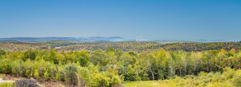 Панорамный ландшафт от трассы отсутствие 9 в Вермонте к зеленому moun стоковое фото rf