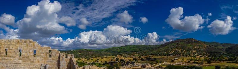 Панорамный ландшафт от Bouleuterion в древнем городе Patara Pttra Актовый зал публики Lycia Kas, Анталья, Турция стоковое фото