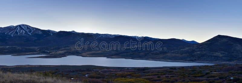 Панорамный резервуар Jordanelle взгляда ландшафта с шоссе 248 Юты, в горах задней части Уосат скалистых, и Cloudscape стоковые фотографии rf