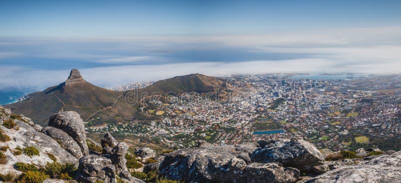 Панорамный сценарный взгляд Кейптауна от края Столовой горы стоковые изображения rf