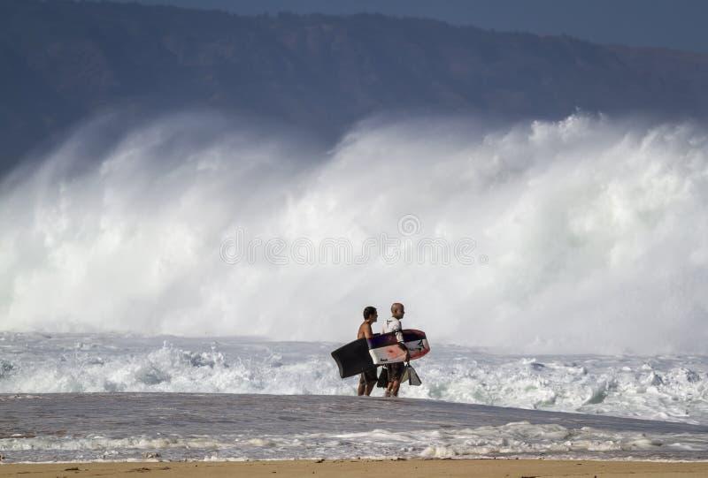 Пансионеры тела заканчивать прибой на северном береге Оаху стоковое изображение