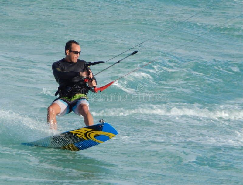 Пансионер змея shreds океанские волны стоковые фото