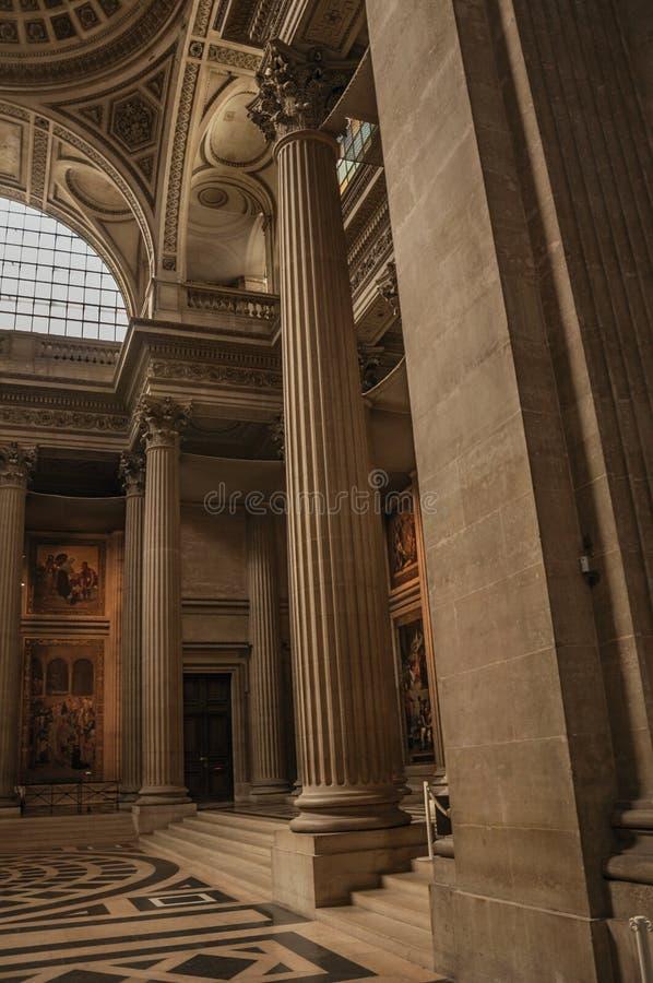 Пантеон внутри взгляда при высокие потолки, столбцы, статуи и картины богато украшенные в Париже стоковая фотография rf