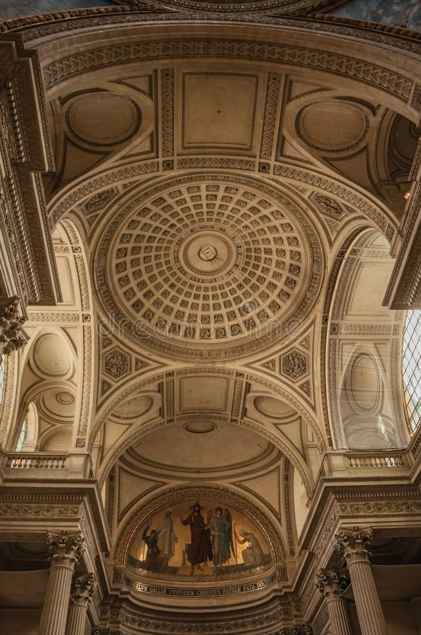Пантеон внутри взгляда при высокие потолки, столбцы, статуи и картины богато украшенные в Париже стоковое фото rf