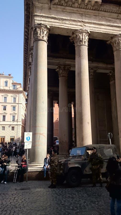 Пантеон в Риме с армией стоковая фотография