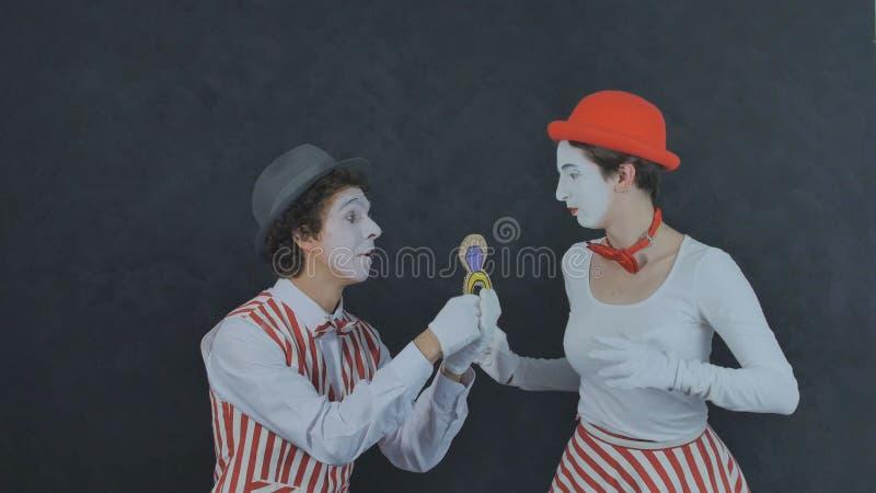 Пантомима делает предложение руки и сердца стоковое изображение rf