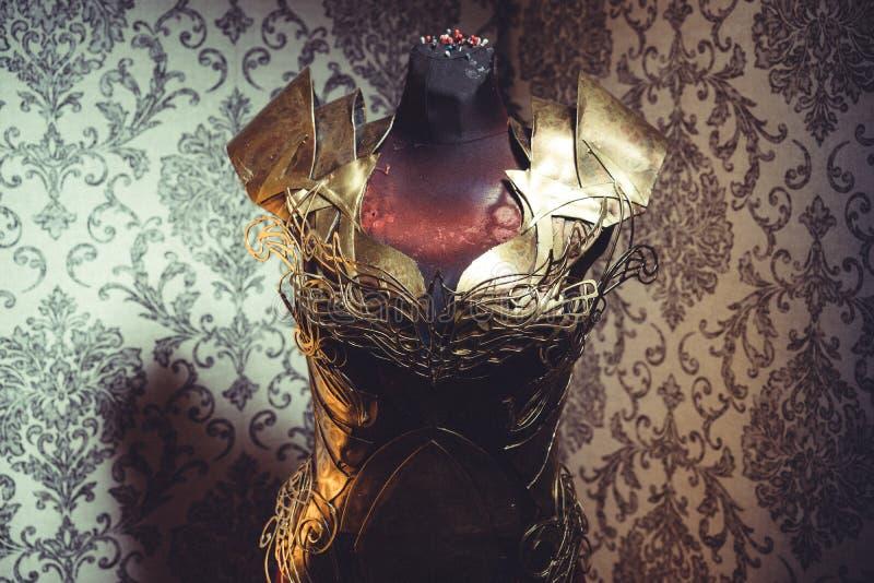 Панцырь нагрудника металла женщины сильного handmade в золоте с идет стоковое фото