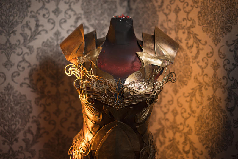 Панцырь нагрудника металла женщины сильного handmade в золоте с идет стоковая фотография